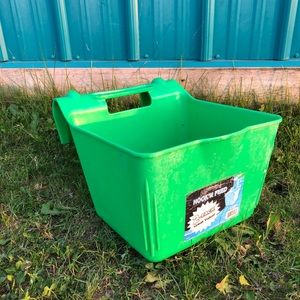 Hook and feed feeder for horses